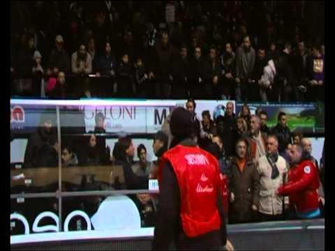 Caldo dopo gara dopo le decisioni arbitrali della partita tra Caserta e Montepaschi Siena, serie A Basket.