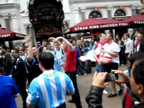 Argentinos Vs. Ingleses en Londres despues de un Partido. English vs Argentines.
