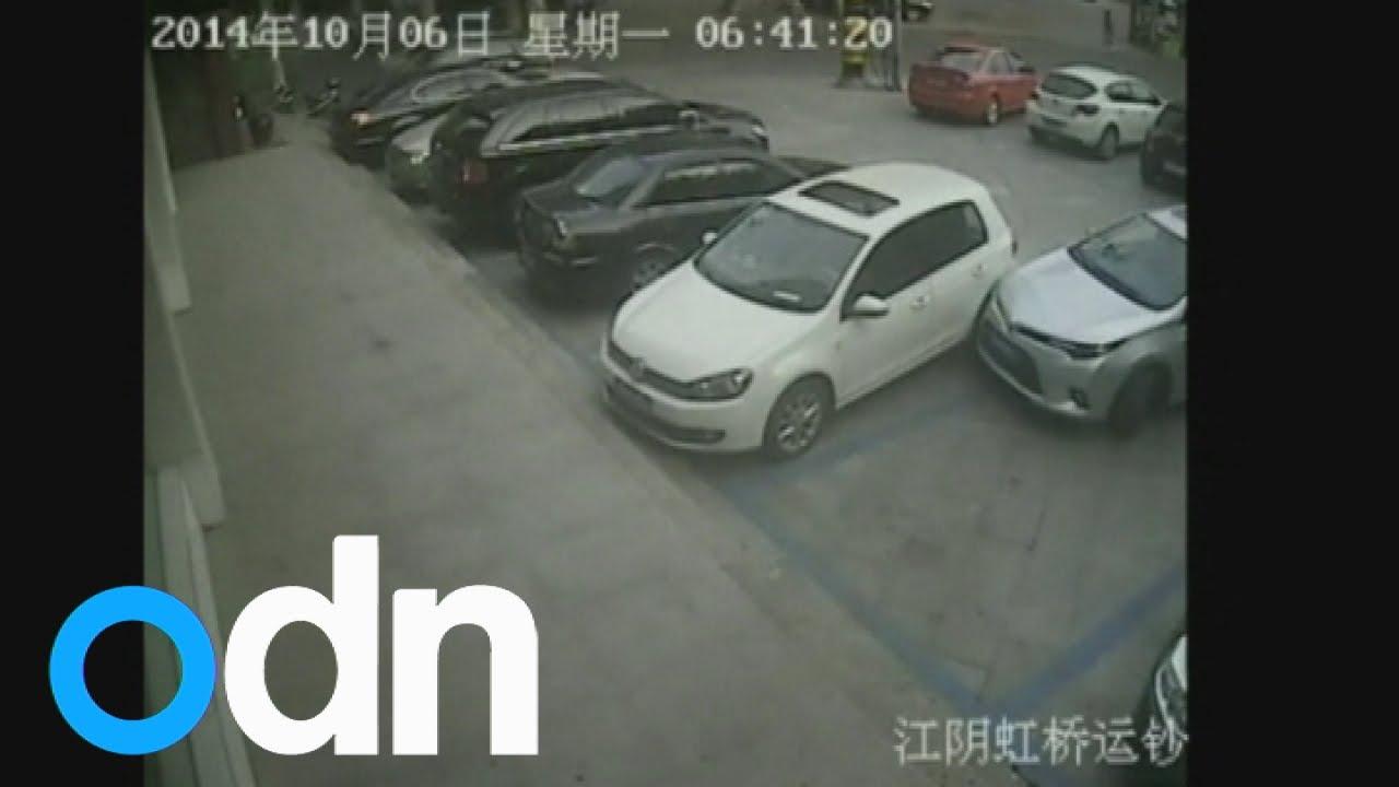 Водитель задел стоящий рядом автомобиль больше десяти раз