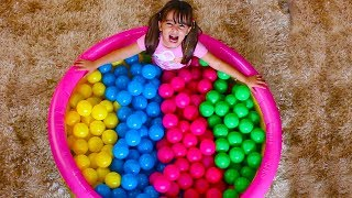 APRENDENDO CORES NA PISCINA DE BOLINHAS Learn Colors with Baby and Balls Nursey Rhymes Song for Kids