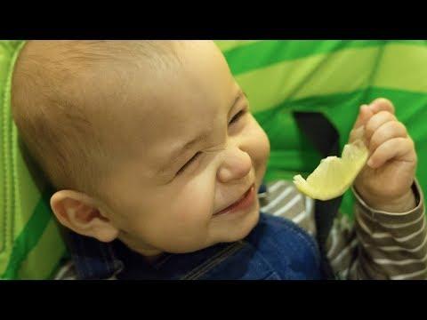 初めてのレモンの味に様々なリアクションをする赤ちゃんが微笑ましい♪