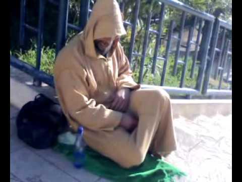 تلاوة رائعة لمتسول مغربي يقرأ القرآن... نوع من التسول