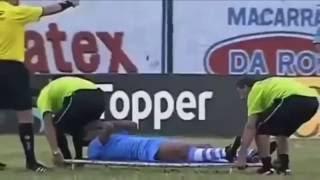 Опасные носильщики в футболе! Тупые доктора футбол! прикол!