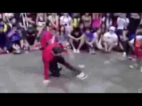 Пацан уделывает брейкденсера (Kid VS Adult Breakdance duel)