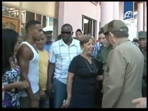 Comparte Raúl Castro con vecinos afectados por el huracán Sandy