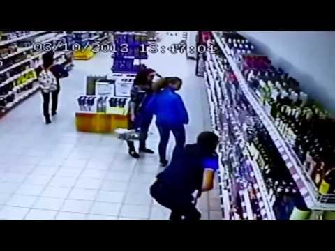 Стеллаж в магазине упал прямо на посетителей