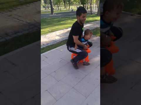 Sazcı uğur oğluyla oynarken