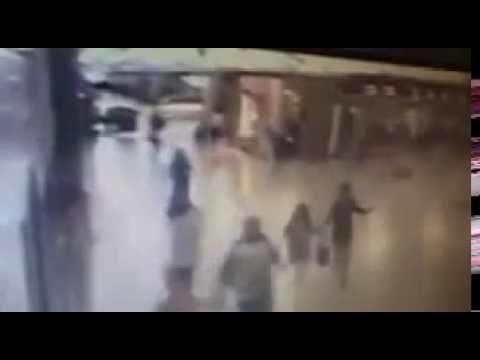 Imágenes de extrema violencia: un terrorista se inmola luego de ser baleado por la policía