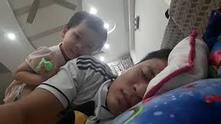 Bé hài hước trêu bố đang ngủ rất đáng yêu [Funny baby teases her father when sleeping is so cute]