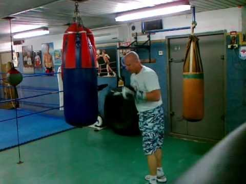 how to work the heavy bag like pro Image 1