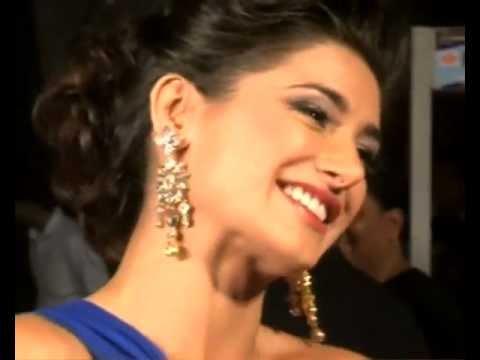 Nargis, Priyanka looking hot in gowns at Big Star Entertainment Award