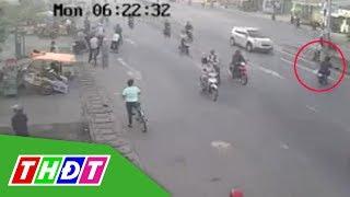 Hai thanh niên đi ngược chiều bị ô tô đâm bay qua dải phân cách   THDT
