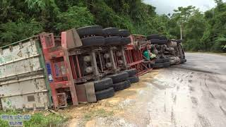 Xe container vào cua bị lật khi trời mưa to - Container truck overturned