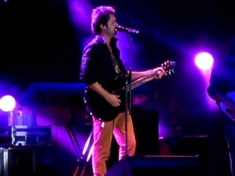Atif Aslam singing Gulabi Ankhein Live in Dubai  13th Oct 2011...