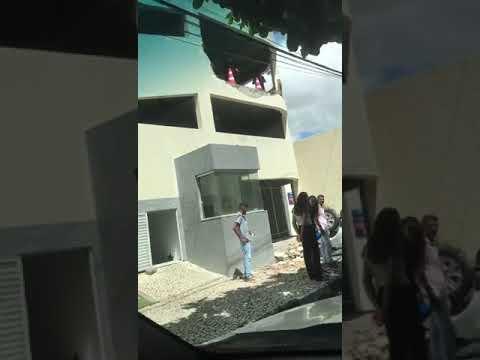 Manobrista perde o controle e carro cai de estacionamento em Feira de Santana