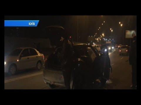 У столиці водій намагався перетнути подвійну смугу і спричинив ДТП