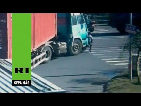 Ciclista chino se salva milagrosamente de morir bajo las ruedas de un camión