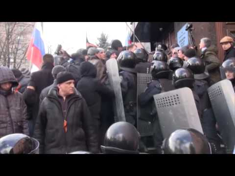 Pro-Russia Protesters Storm Prosecutor's Office in Donetsk