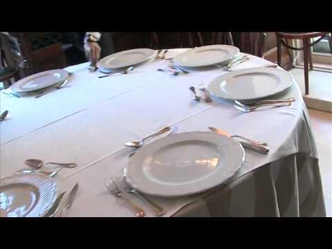 C mo montar una mesa para 8 personas youtube for Como colocar los cubiertos en la mesa