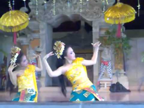 Tari Pendet (Pendet Dance with Gamelan Bali)