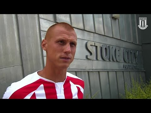 Steve Sidwell signs for Stoke City