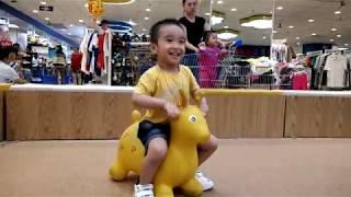 Bin TV 8 - Bé 3 tuổi cưỡi thú nhún và xe mô tô BMW