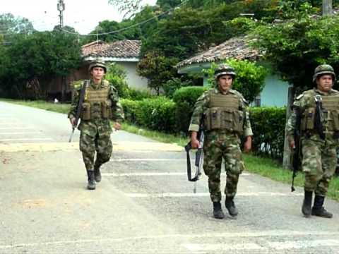 El ejército colombiano enfrenta a las FARC en El Palo