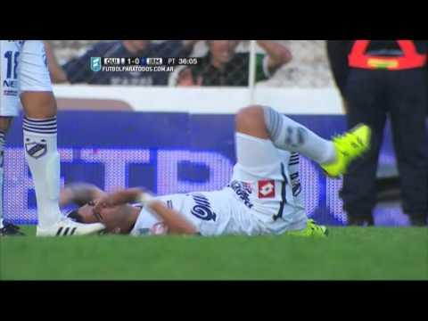 """¡Una locura! Un jugador se tiró a """"barrer"""" con la cabeza en la Copa Argentina"""