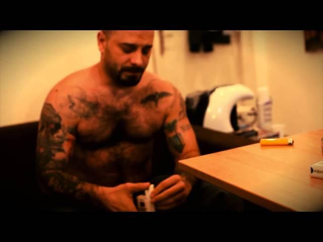 Uzzi isi tatueaza spatele la Famous Tattoo Studio (Partea I)