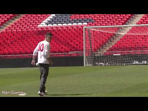 One Direction jugando fútbol en el estadio de Wembley