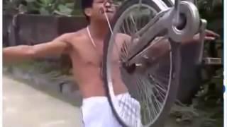 Thanh niên cứng nhấc xe đạp bằng răng cực đỉnh