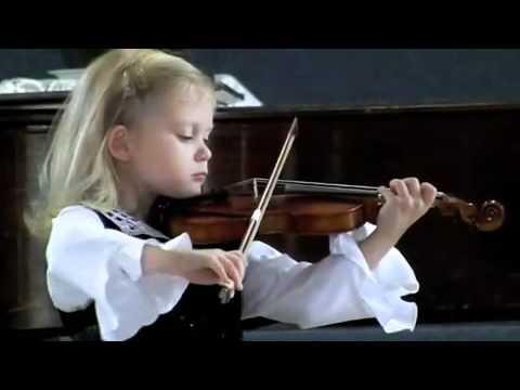 Pięcioletnia Dziewczynka Gra Na Skrzypacach Paganiniego