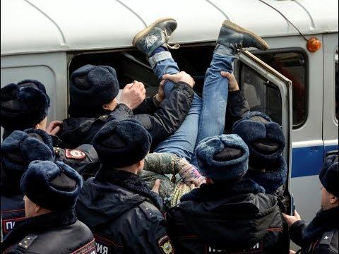 Как люди раскачивали автобус с задержанным Навальным (Антикоррупционный митинг в Москве 26.03.2017)