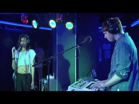 AlunaGeorge  - La La La (Live @ Radio 1, 2013)