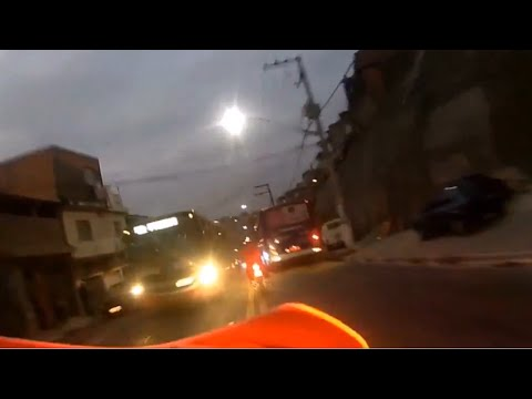 警察と2人乗りバイクの超危険なバイクチェイス!