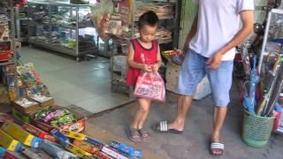 BÉ KEM YÊU Đi mua đồ chơi