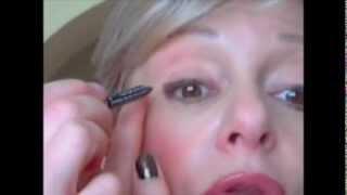 Maquillage au crayon pour les paupières tombantes et fripées en anti âge