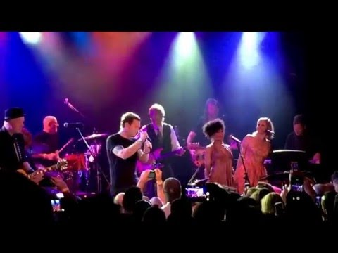 Ewan McGregor sings Heroes in tribute to David Bowie at Roxy Theater in Los Angeles 2/8/16