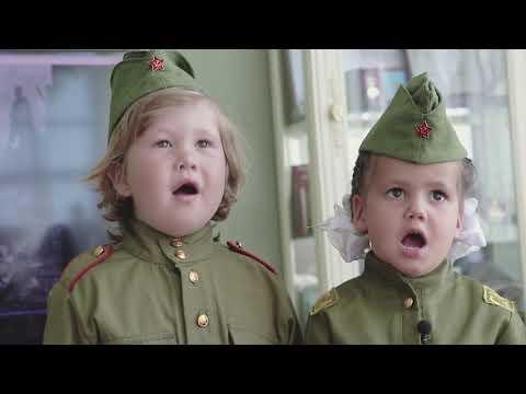 Младшие сыновья и внучки Исмагила Шангареева исполняют песню «День Победы»