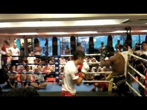 buakaw por pramuk boxing sparring with irshaad sayed Image 1