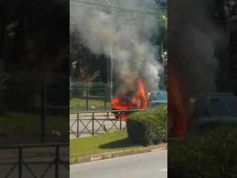 Carro pega fogo em frente ao Carrefour Sônia Maria