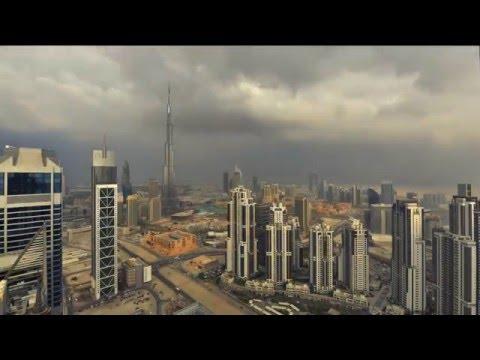 幻想的なドバイの霧とビルのタイムラプス映像