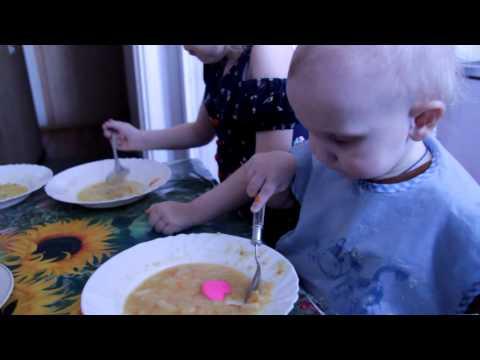 Видео как дети кушают