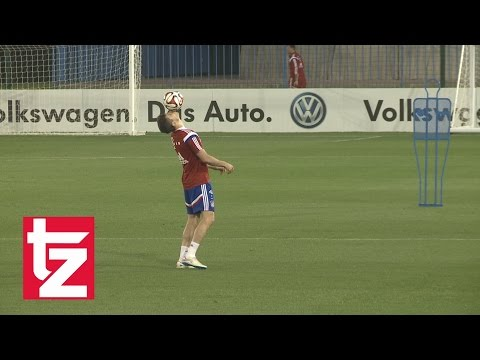 Robert Lewandowski shows his skills - Training Camp FC Bayern Munich Doha 2015