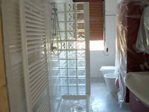 Bagno con doccia in vetro cemento youtube for Arredo bagno con box doccia