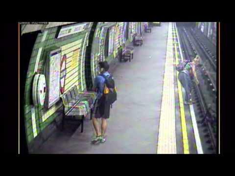 Une maman sauve son bébé tombé avec sa poussette du quai du métro