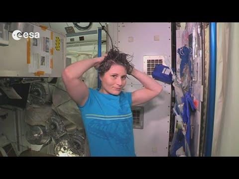 Как принимают душ на МКС?