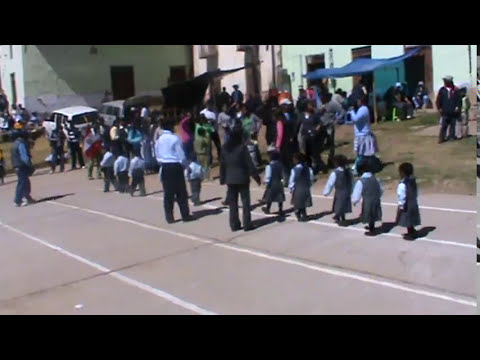 Niños desfilando por 28 de julio en Conaica-HUANCAVELICA.MPG