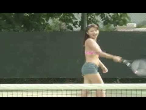 吉岡美穂が水着でテニス