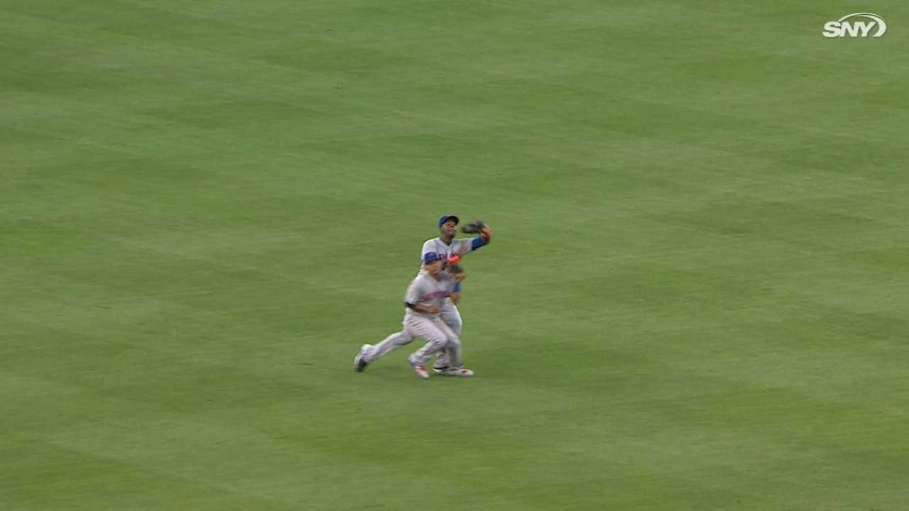 NYM@LAD: Mayberry makes catch, almost collides